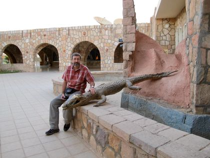 The author next to a stuffed Nile crocodile placed at the entrance to a hotel in Abu Simbel, Egypt. / Photo: Ana Viciana