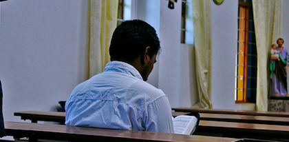 A Christian reading the Bible in a Christian church in India. / Puertas Abiertas