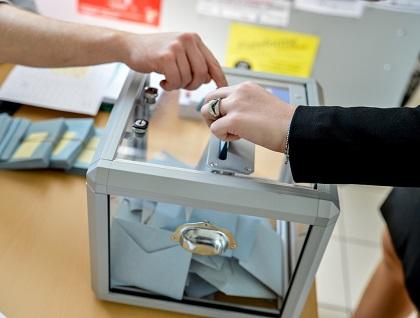 A citizen votes in the European Parliament election in France. / B. Hase, European Parliament