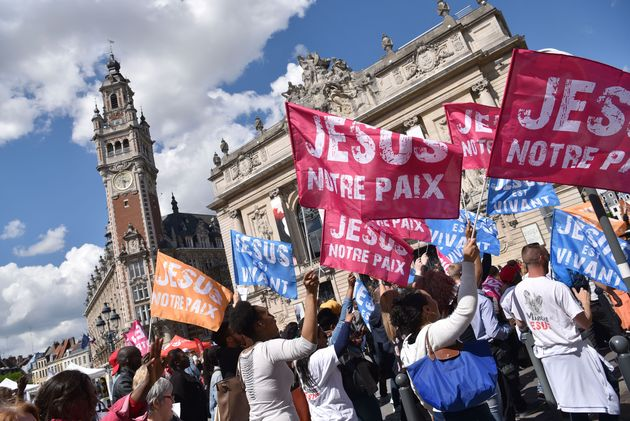 Thousands marched to testify of their faith. / Marche pour Jesus.,