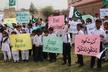 Students ask the government to stop discrimination. / Iftikhar Indryas.