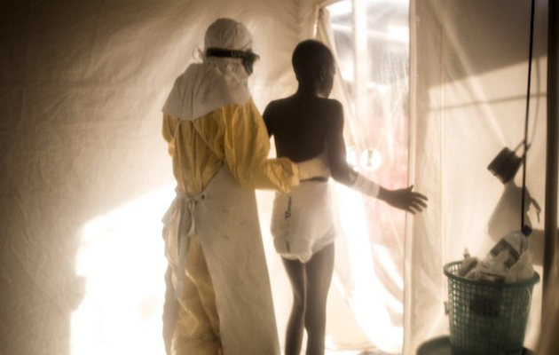 A medical doctor with a person affeced by Ebola in Beni, DR Congo. / Twitter @wesselsjohn1,