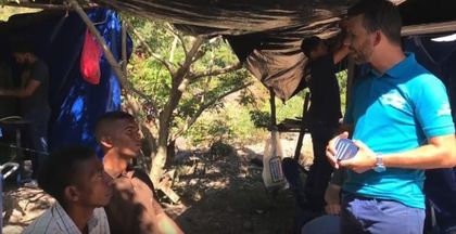 Jorge Parejo, a YWAM missionary, sharing the gospel with some walkers. / Video capture.