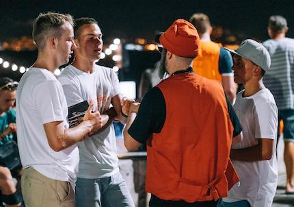 Volunteers talk about the gospel. / Reach Mallorca
