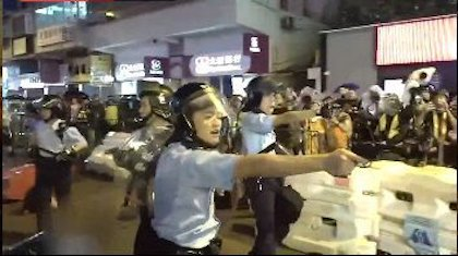 Police officers threatened protestors with their weapon. / Twitter @HongKongFP