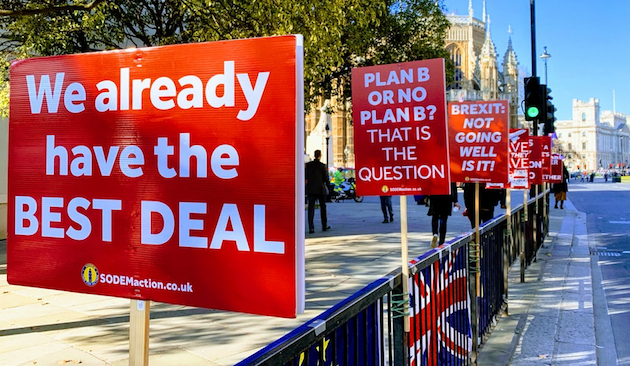 Signs against Brexit in London. / John Cameron, Unsplash CC,