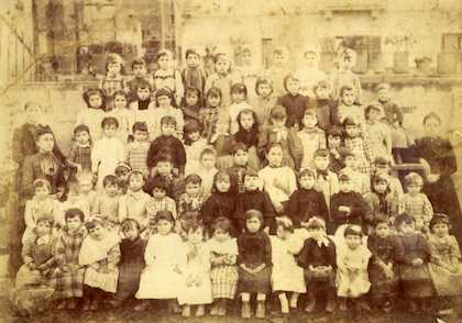 Students of the Saint Gabriel school, founded by missionary George Lawrence. / Asamblea de Hermanos de Gracia