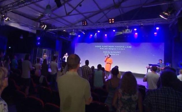 Worship time at the ICF Karlsruhe church. / Image ARD-SWR,