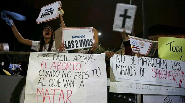 Pro-life demonstrators protest in front of the National Assembly of Ecuador. / ED,