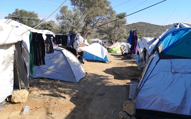 Tents to allocate families in the fields outside the refugee camp of Moria, in September 2019. / Pau Abad,