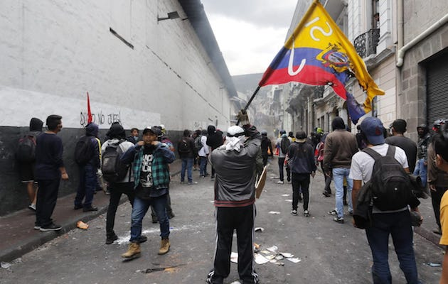 Protesters during a demonstration in Quito, Ecuador. / Twitter @lahoraecuador,