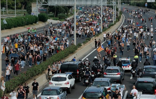 Pro-inpdendence protesters cut off a road near Barcelona, Catalonia, on 15 October, 2019. / Twitter @JanneRiitakorpi,