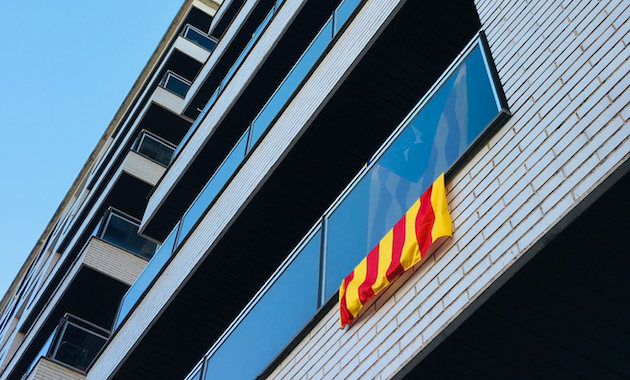A Catalan pro-independence flag hangin on a balcony in Barcelona. / David Pisnoy (Unsplash, CC0),