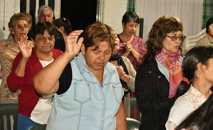 An evangelical church service in Argentina. / Evangélico Digital