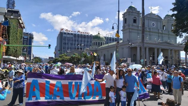 Tens of thousands of Costa Ricans took the streets to defend life. / Evangélico Digital.,