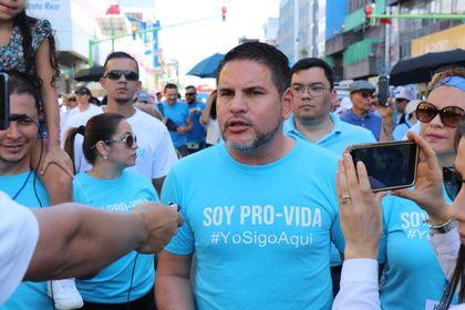 Fabricio Alvarado, leader of the Costa Rican opposition party, participated in the march./ Evangélico Digital.