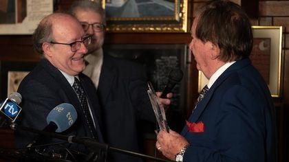 Juan Antonio Monroy, honorary President of Protestante Digital, hands the plaque to Villacañas.  / Fundación RZ.