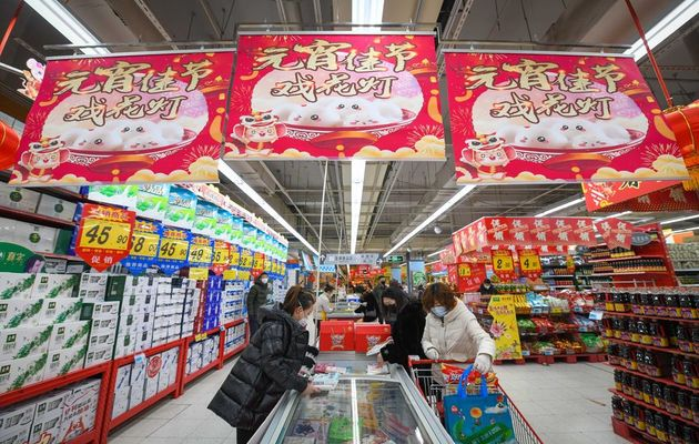 Customers in a supermarket in China. / @XHespanol,