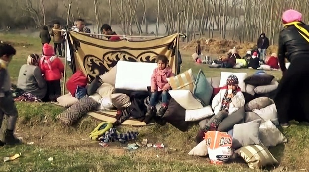 Families of refugees wait near the Turkish-Greek border, in March 2020. / RTVE,