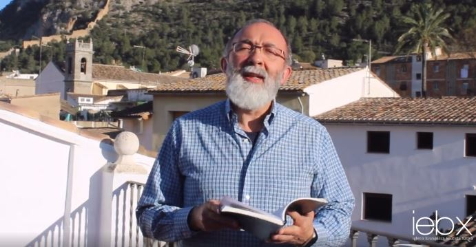 The pastor of a church in Xativa, Spain, in a video Bible message on the coronavirus crisis. / Video capture IEBX