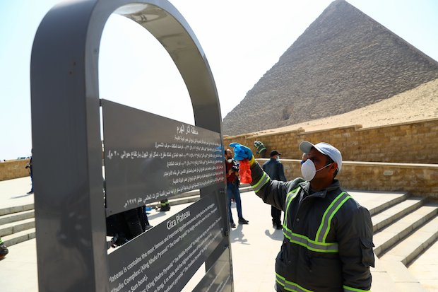 Members of a crew disinfect the area of the Pyramids in Giza. / Twitter @zeinab_othman
