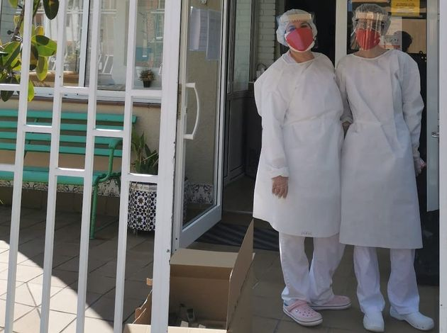 Health workers of the Betania evangelical nursing home in Barcelona with robes and masks made by volunteers . / Noemi Bello.,