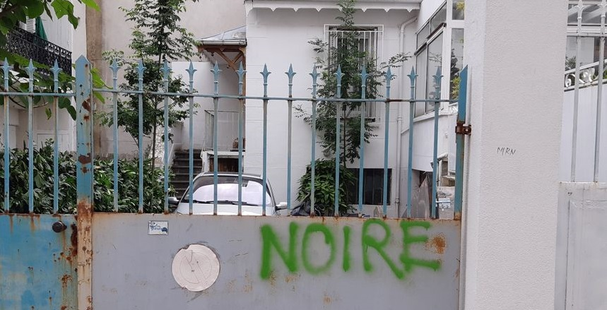 """One of the racist inscriptions on the premises of the Moission evangelical church in Saint-Étienne. / Photo: <a target=""""_blank"""" href=""""https://www.francebleu.fr/"""">FranceBleu - Radio France</a>,"""