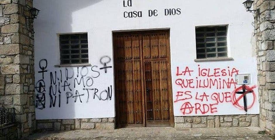 "Graffiti on the facade of a Catholic churchb building in Spain./ Photo: <a target=""_blank"" href=""http://libertadreligiosa.es/"">OLRC</a>,"