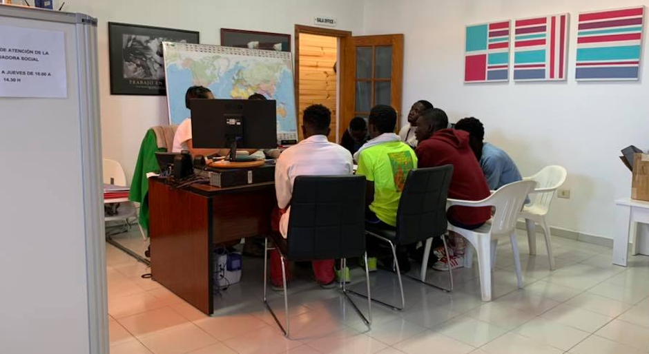"""A group of migrants at the Modern Christian Mission office last February. / <a target=""""_blank"""" href=""""https://www.facebook.com/misioncristianamoderna"""">Facebook Modern Christian Mission</a>.,"""