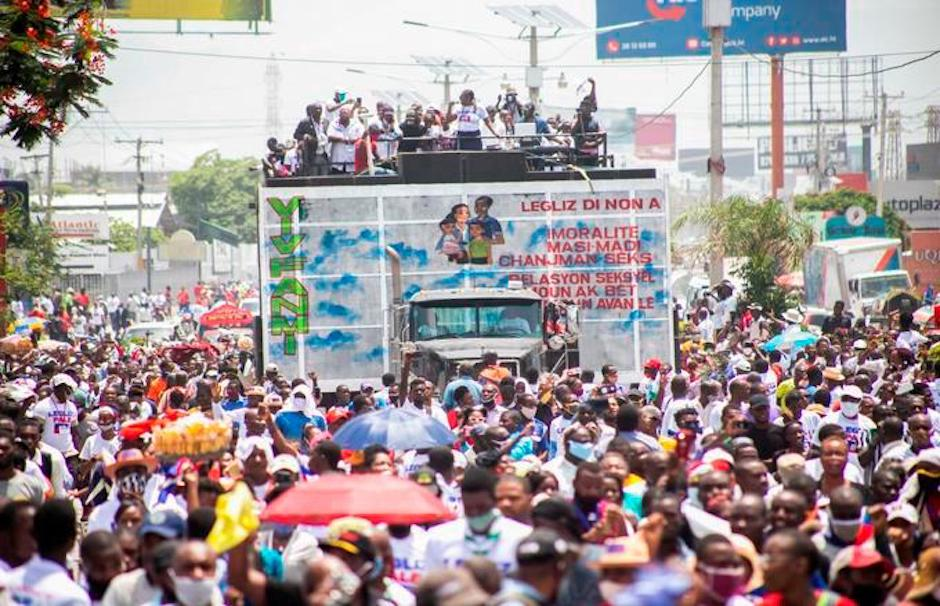 Thousands of Haitian Protestants took the streets to protest  against the renewal of the Penal Code/ Twitter @DiarioLibre,