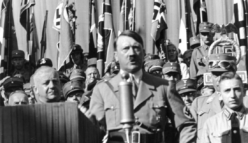 "A speech by Adolf Hitler in Rosenheim, Germany, 29135. / <a target=""_blank"" href=""https://es.m.wikipedia.org/wiki/Archivo:Bundesarchiv_Bild_119-11-19-12,_Adolf_Hitler_bei_Ortsgruppenfeier_der_NSDAP_Rosenheim.jpg"">Bundesarchiv</a>, Wikimedia Commons, CC,"