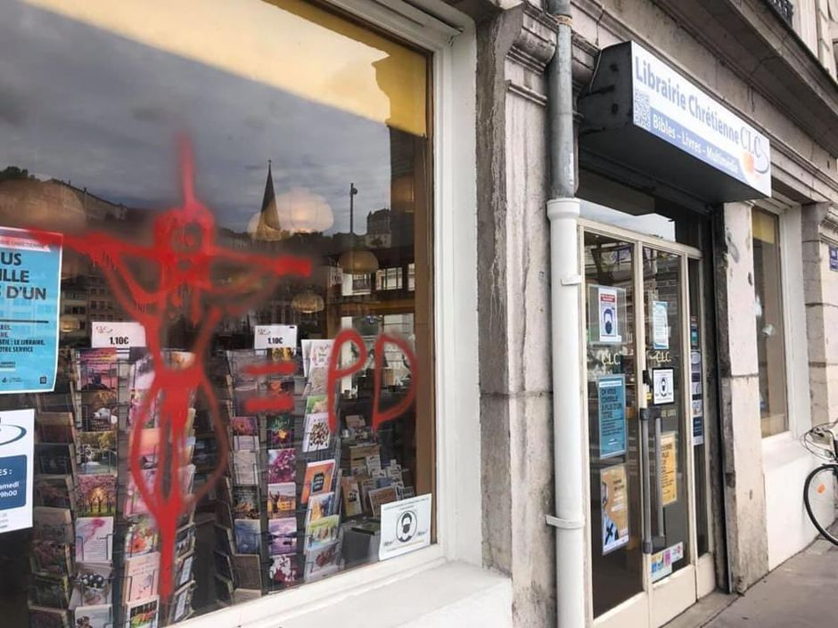The windows of the store were full of anti-Christian offensive graffiti. / @comcnef.,