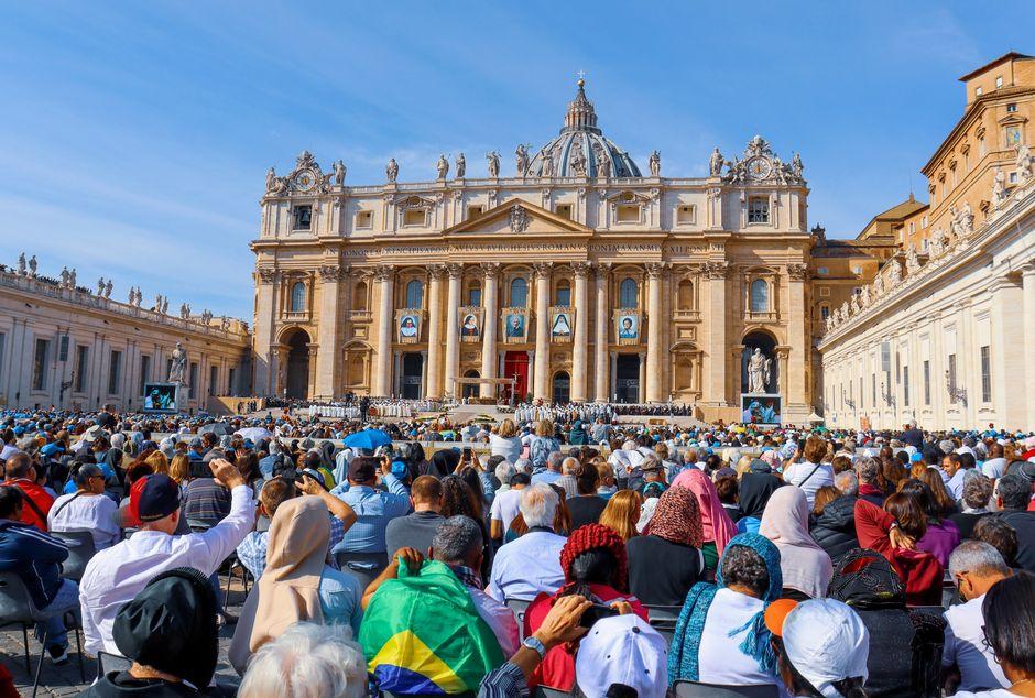 "Gathering at the Saint Peter basilica, Vatican City. /  <a target=""_blank"" href=""https://unsplash.com/@agathadepine"">Ágatha Depiné</a>, Unsplash CC0.,"