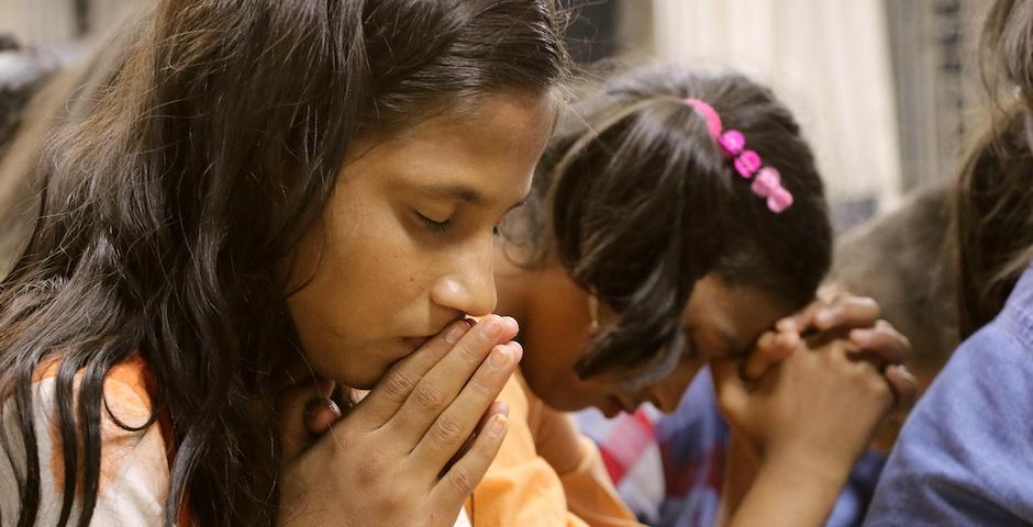 "Two girls praying in Bangladesh. / <a target=""_blank"" href=""https://www.puertasabiertas.org/"">Puertas Abiertas España </a>,"