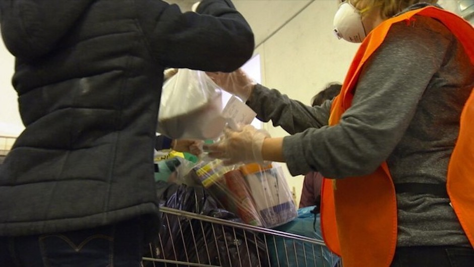 Evangelical volunteers distributing food and basic goods during the pandemic. / CCMA,