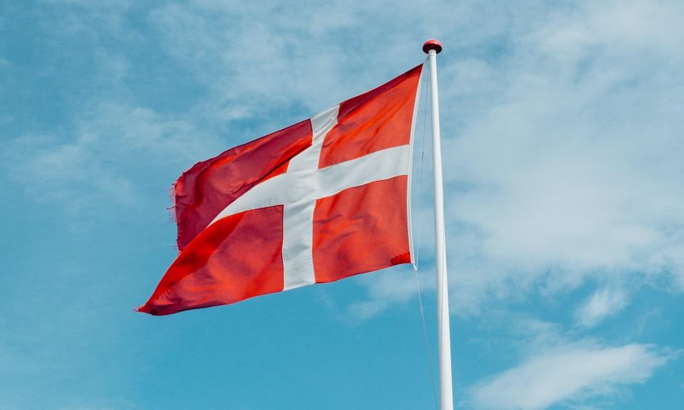 "A Danish flag. / <a target=""_blank"" href=""https://unsplash.com/@markuswinkler"">Markus Winkler</a>,"
