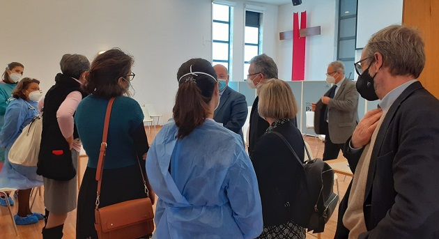 The Councilor of Health of the Municipality of Sintra, Eduardo Quinta Nova, and the Executive Director of the Group of Health Centers in Sintra, Clara Pais, visited the church in the first day of vaccinations. / AEP