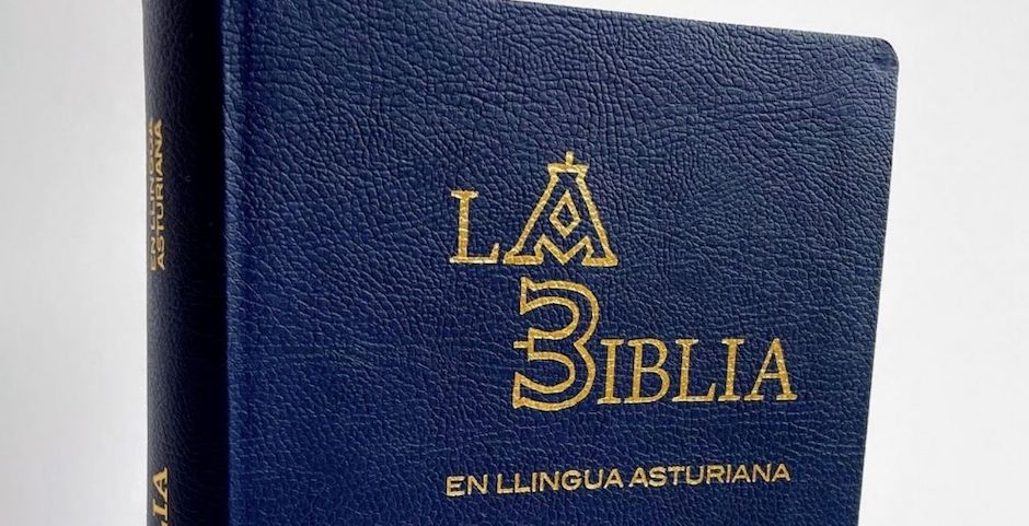 Cover of the Bible in Asturian language. / Spanish Bible Society.,