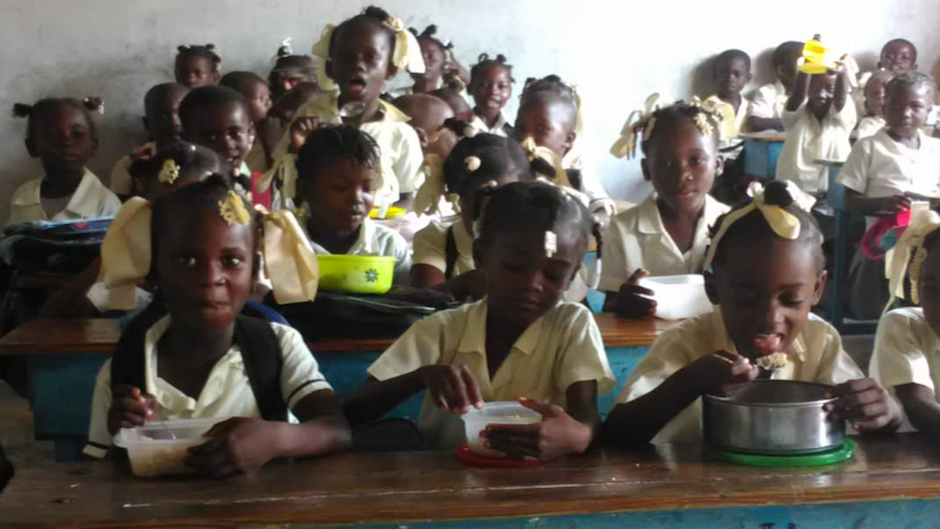For many children in Haiti, school is the only place where they can have food. / Alianza Solidaria.,