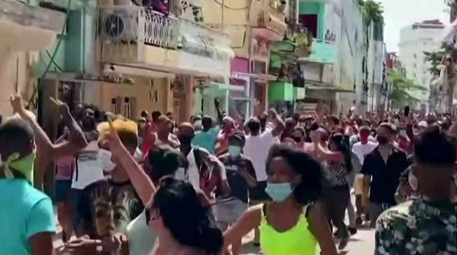 Young people in Cuba take the streets against the regime, 11 July 2021. / Video caption RTVE,