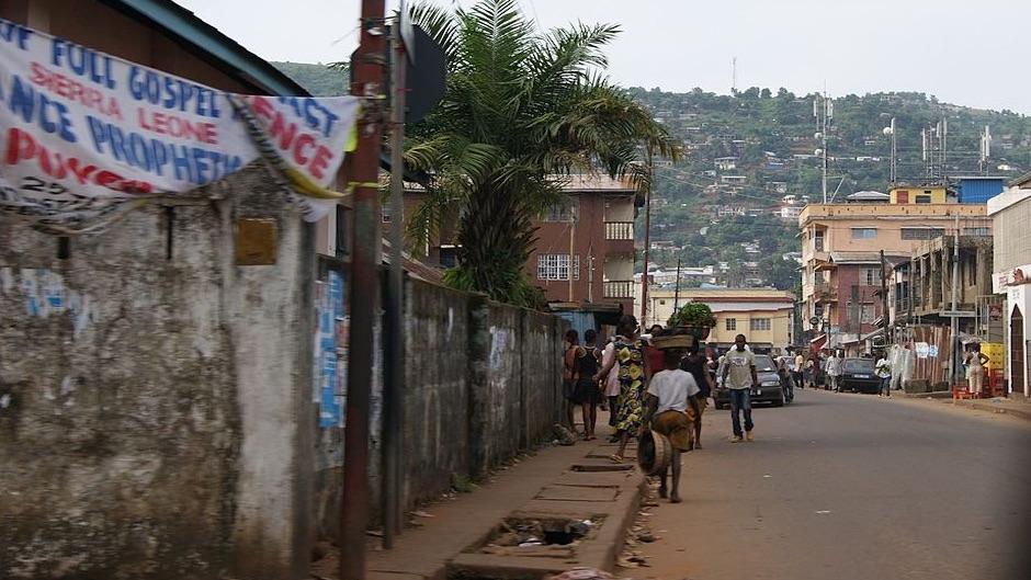 """Fretown, Sierra Leone. / <a target=""""_blank"""" href=""""https://commons.wikimedia.org/wiki/File:Flickr_-_stringer_bel_-_Freetown,_Sierra_Leone_(5).jpg""""> Annabel Symington, Wikimedia Commons</a>.,"""