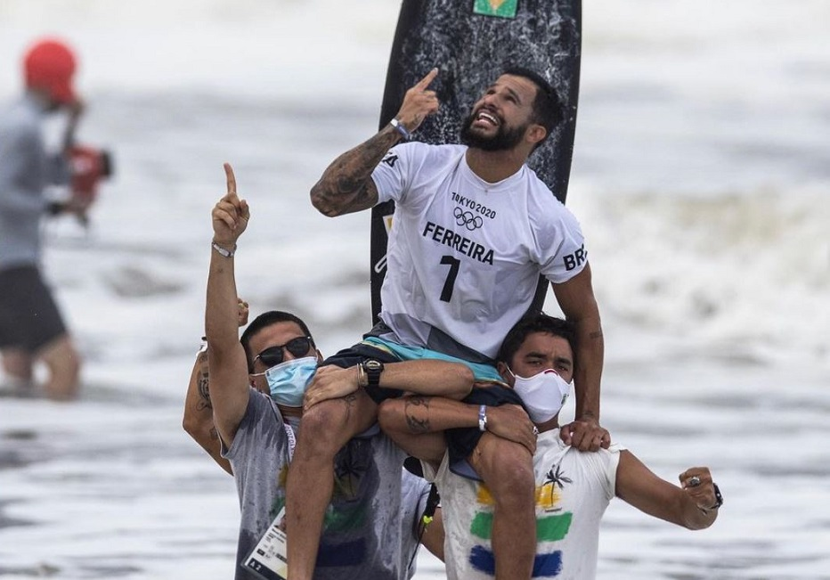 """Italo Ferreira celebrates the gold medal after competing in the Tokyo 2020 final. / Photo: <a target=""""_blank"""" href=""""https://www.instagram.com/p/CR2MKA-Bt58/"""">Instagram Italo Ferreira</a>.,"""