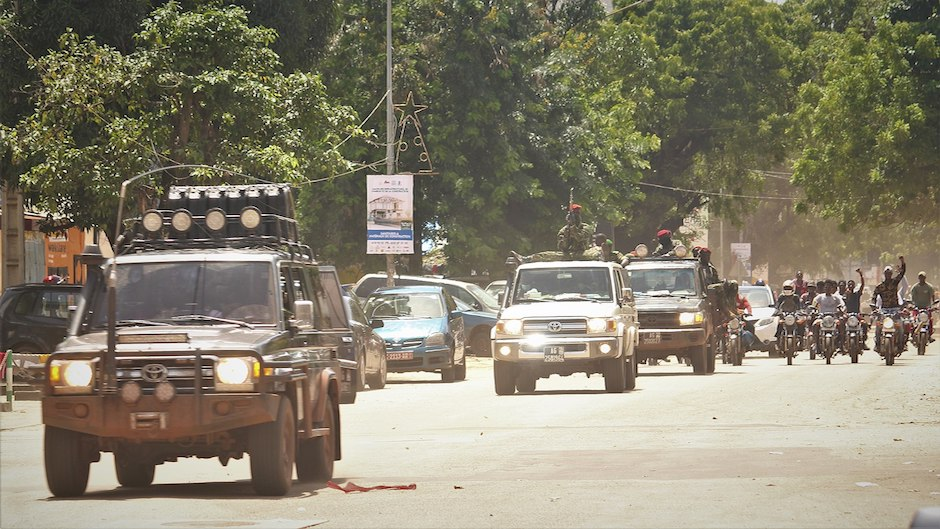 "Military parade in Conakry after the coup. / <a target=""_blank"" href=""https://es.wikipedia.org/wiki/Golpe_de_Estado_en_Guinea_de_2021#/media/Archivo:Coup_d'%C3%A9tat_2021_en_Guin%C3%A9e_1.jpg"">Aboubacar Khoraa, Wikimedia Commons</a>.,"